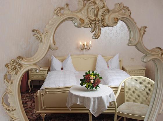 Ein Spiegel über dem Bett…?