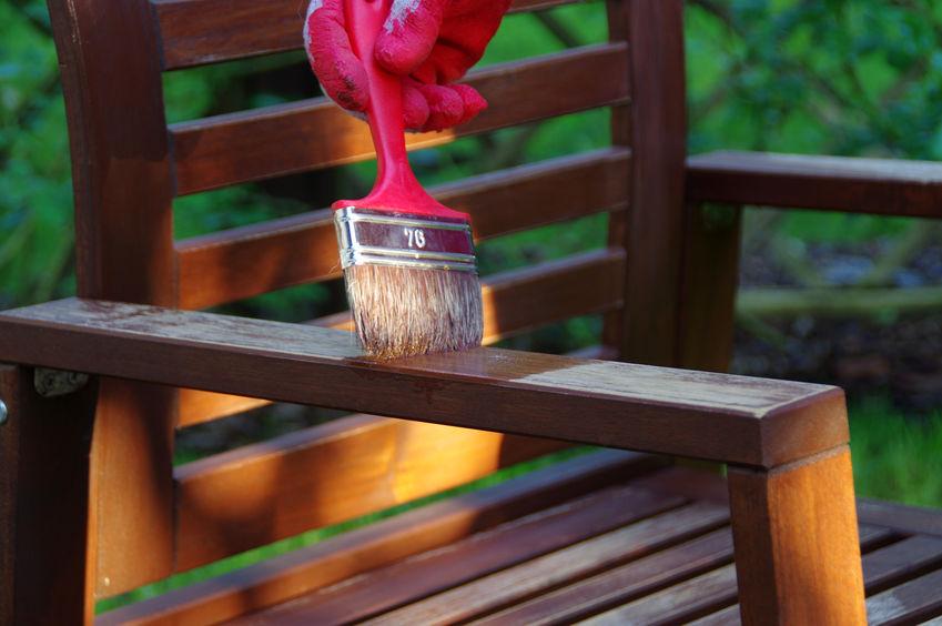 Gartenmöbel aus Holz ölen
