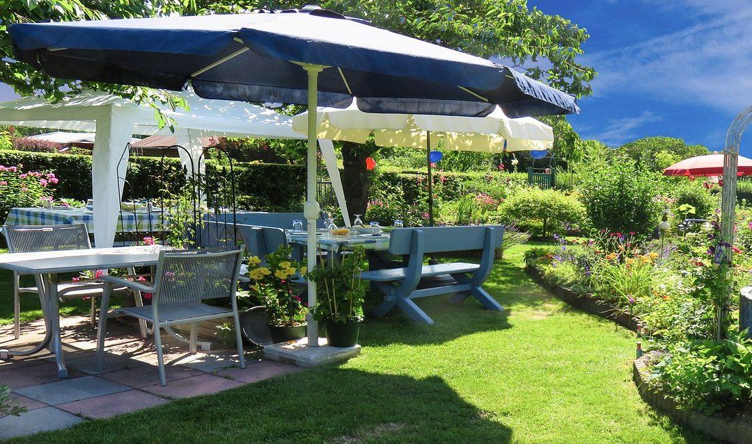Gartenmöbel aus Teak, Plastik oder Holz?