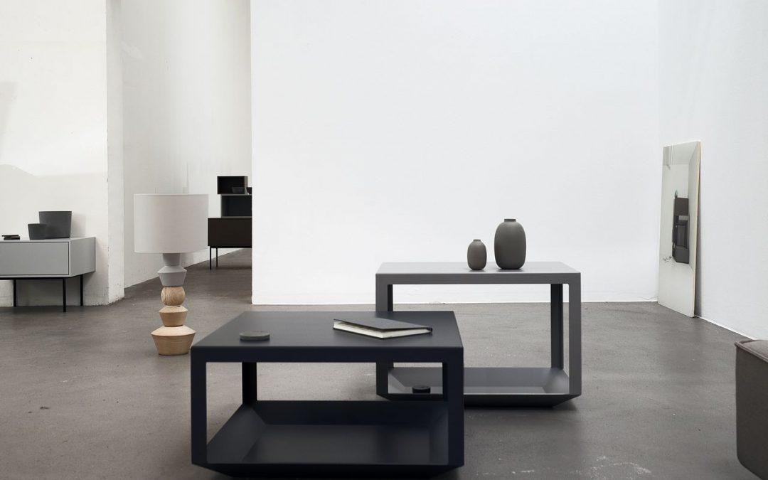 schwarzer Couchtisch in minimalistisch eingerichtetem Studio